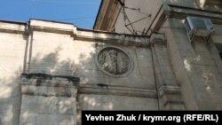 Барельеф с факелом и лавровым венком на доме №74 по улице Ленина