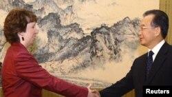 کاترین اشتون (چپ)، رییس سیاست خارجی اتحادیه اروپا در دیدار با وزیر خارجه چین