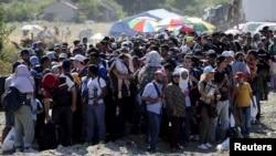 Македония шекарасында тұрған мигранттар. 23 тамыз 2015 жыл.