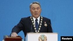 Қазақстан президенті Нұрсұлтан Назарбаев ұлықтау рәсімінде ант беріп тұр. Астана, 29 сәуір 2015 жыл.