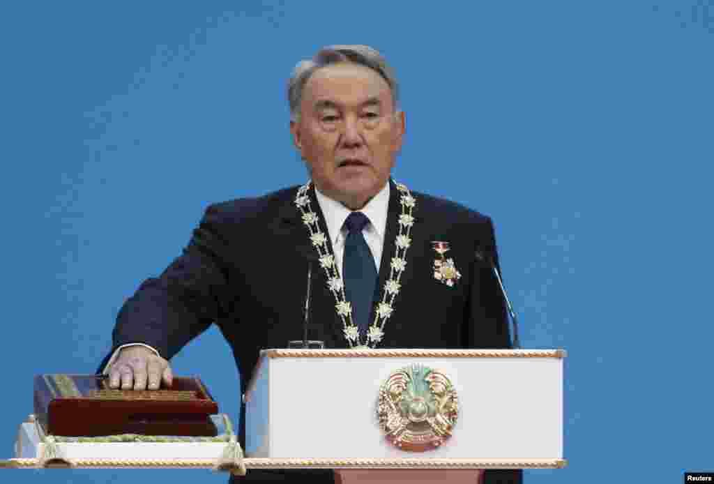 После присяги председатель Центральной избирательной комиссии Куандык Турганкулов вручил Назарбаеву удостоверение президента. Назарбаев - первый и пока единственный президент Казахстана.