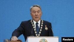Президент Казахстана Нурсултан Назарбаев дает присягу в день инаугурации. Астана, 29 апреля 2015 года.