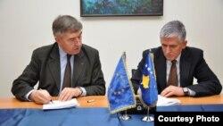 Shefi i EULEX-it, Xavier de Marnac dhe ministri i Punëve të Brendshme, Bajram Rexhepi, duke nënshkruar marrëveshjen për mbrojtjen e dëshmitarëve, Prishtinë, 8 janar, 2013