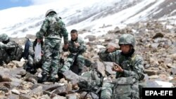 Chinese troops patrol a snowy glacier, at an altitude of 5,400 meters along the border between China and Afghanistan. (file photo)