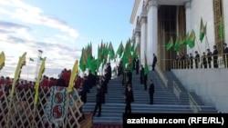 Студенты на празднике Туркменского скакуна