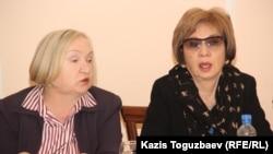 """Тамара Калеева, руководитель прессозащитной организации """"Адил соз"""" (слева), и Гульжан Ергалиева, главный редактор закрываемого властями журнала ADAM bol. Алматы, 11 февраля 2015 года."""
