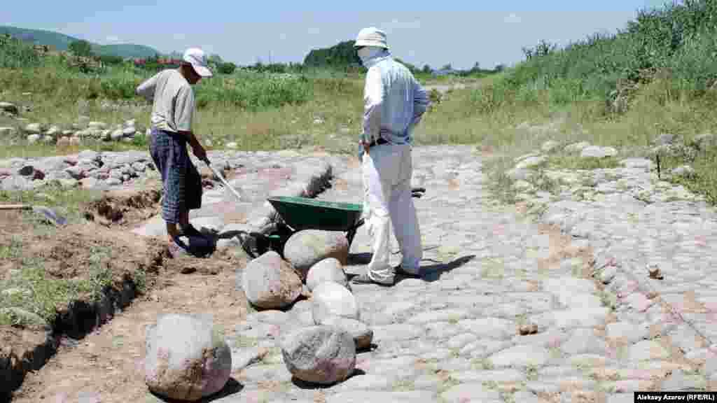 Талхиз қаласы көшесін қалпына келтіру жұмыстары. Алматы облысы, 20 маусым 2009 жыл.