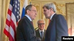 АҚШ мемлекеттік хатшысы Джон Керри (оң жақта) мен Ресей сыртқы істер министрі Сергей Лавров. Париж, 13 қаңтар 2014 жыл.