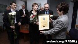 Марына Адамовіч уручае прэмію Раісе Міхайлоўскай
