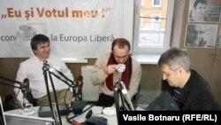 Trei analiști în studioul Europei Libere