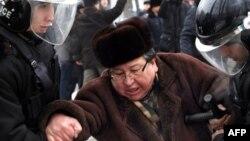 Оппозиционного политика Серика Сапаргали задерживает полиция на акции протеста в Алматы, 17 декабря 2011 года.