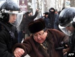 Момент предыдущего ареста оппозиционного политика Серика Сапаргали во время митинга. Алматы, 17 декабря 2011 года.