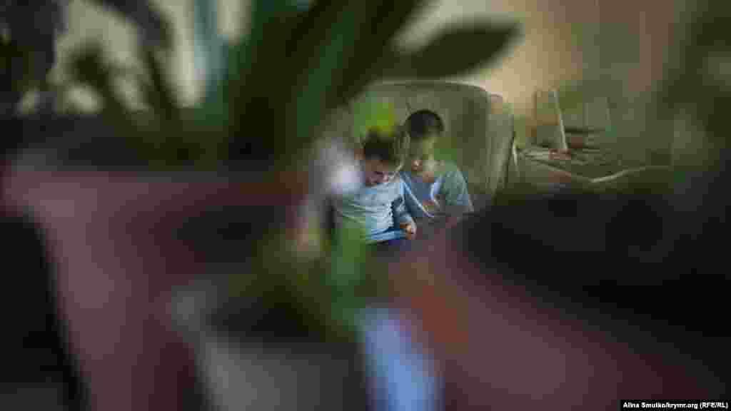 Юсуф и Юнус играют дома