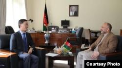 کابل: د افغانستان ملي امنیت سلاکار محمد حنیف اتمر د چین سفیر یوجینګ سره ویني. ۱۷م اکتوبر۲۰۱۶