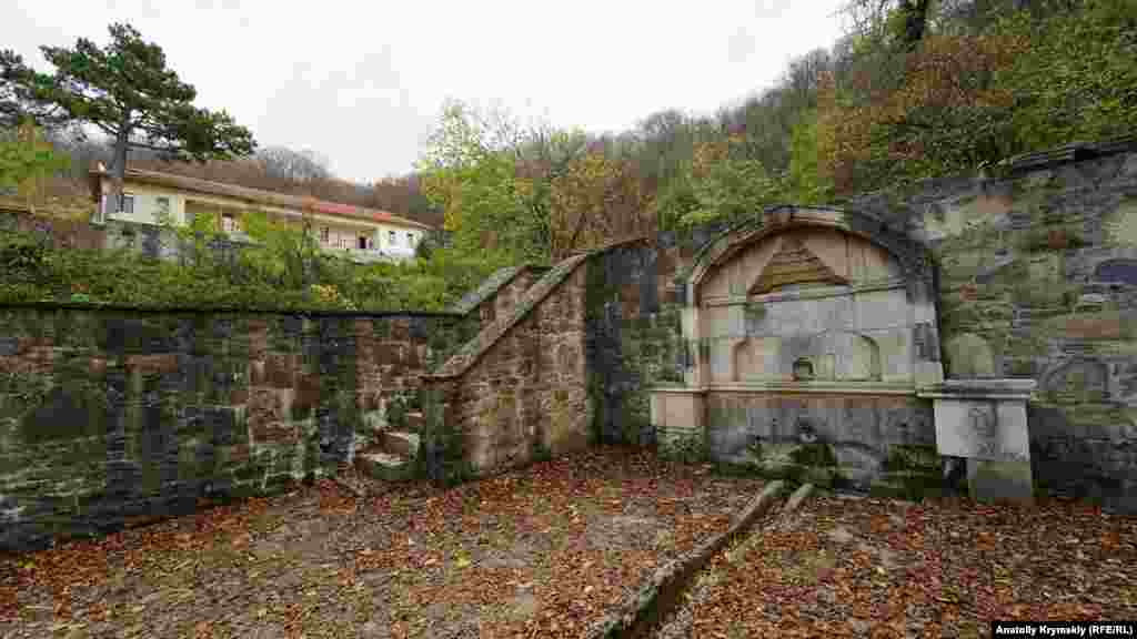 Под стеной храма разбит фруктовый сад, оборудованы лестницы, два фонтана с водой из горного источника