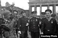 Советские моряки, герои штурма Берлина, позируют для американского военного корреспондента, май 1945