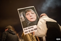Fotografia Angelei Merkel la o demonstrație Pegida la Dresden
