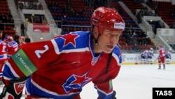 Вячеслав Фетисов на льду в матче ЦСКА - СКА