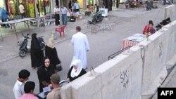 الحواجز الكونكؤيتية في احد شوارع بغداد