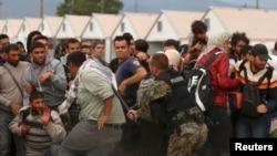 Муҳожирлар Туркия, Греция, Македония ва Сербия орқали Европа Иттифоқи аъзоси Венгрияга киришга ҳаракат қилмоқда.