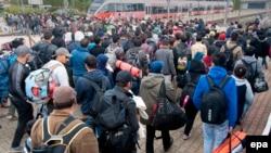 Izbeglice idu ka železničkoj stanici u Hegyeshalomu