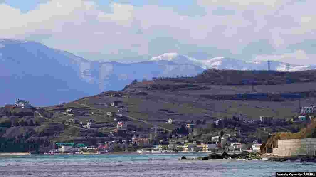 Краєвид на село Малоріченське і засніжені гірські вершини