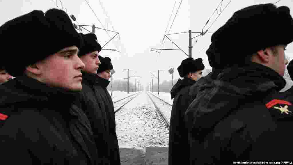 Позаду – залізнична колія у напрямку Москви