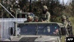 سربازان مکزیکی در تصویری از سال گذشته در جریان درگیریهای مربوط به مواد مخدر که دهها کشته برجای گذاشت