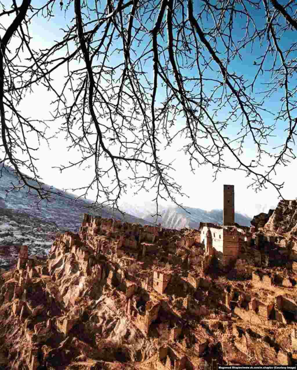 Башня в старинном селе Кахиб Шамильского района. Поселок был основан приблизительно 1000 лет назад, что делает его одним из самых старых в Дагестане