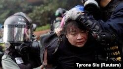 Полиция наразылардың бірін ұстап барады. 18 қараша 2019 жыл.