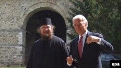 Вице-президент США Джо Байден в одном из монастырей в Косово