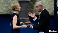Дженни Манро, дочь канадской писательницы Элис Манро, получает Нобелевскую премию своей матери