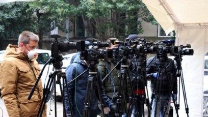 Snimatelji sa zaštitom na zadatku u Mostaru. Zabilježeno 1. aprila 2020.