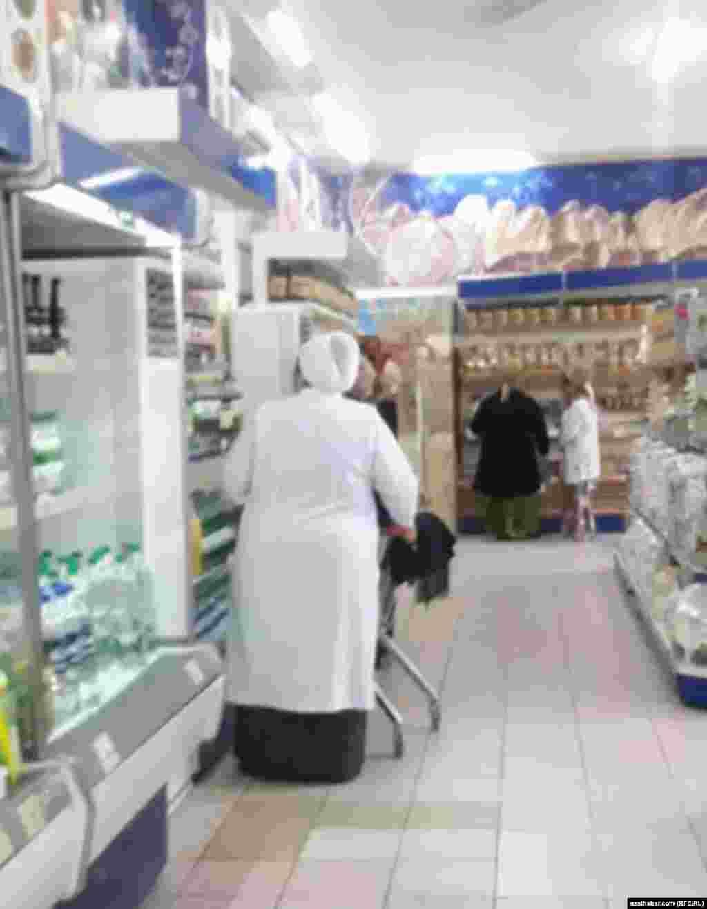 Медработник в продуктовом магазине. Ашхабад