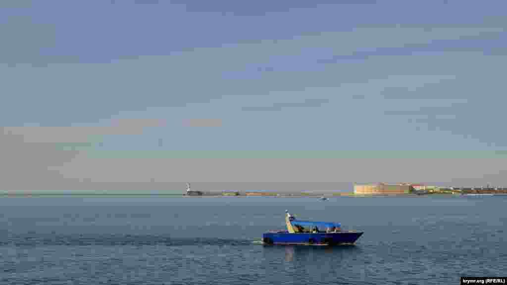 Несмотря на зимнее время, лодочники катают туристов по бухте