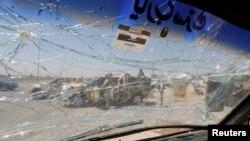 Лобовое стекло автомобиля в районе иракской столицы, где сегодня прогремел взрыв. Багдад, 12 июля 2016 года.