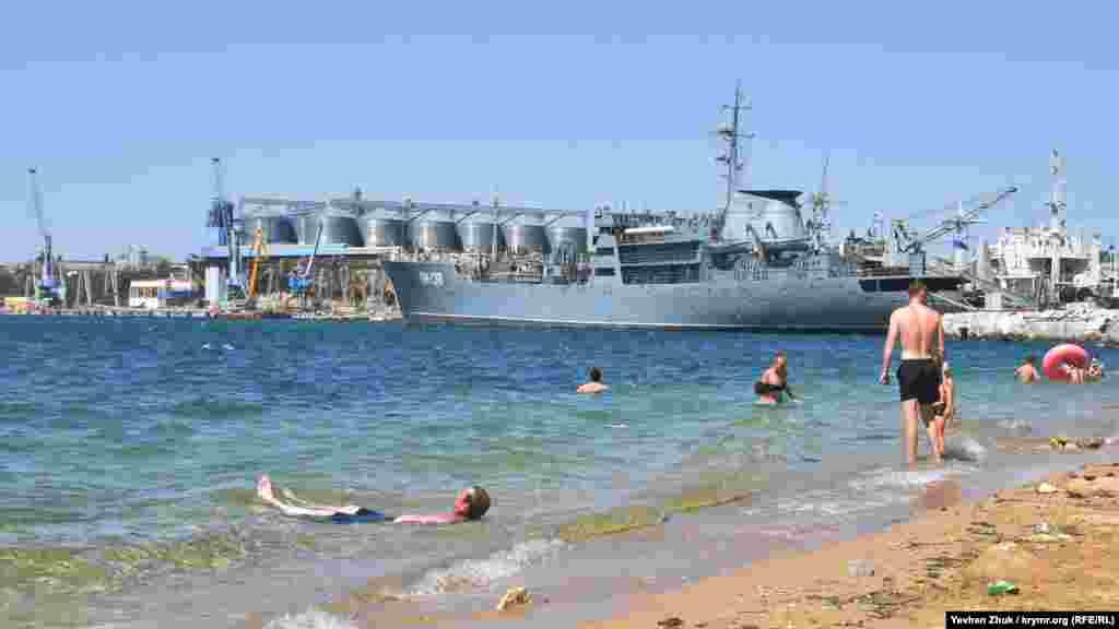 Для місцевих жителів сусідство з військовими кораблями – звичайна справа