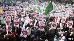 """Pakistanly protestçiler """"Charlie Hebdonyň"""" Muhammet pygamberiü karikaturasyny çap etmegine garşy ýörişe çykdylar. Lahore, 27-nji ýanwar, 2015."""