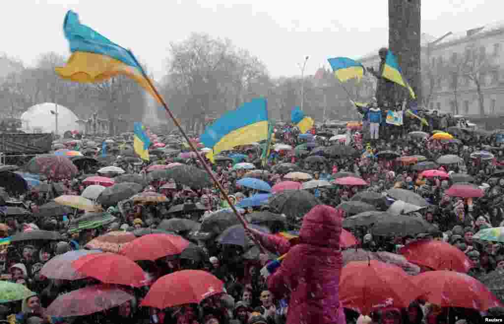25 листопада. У Львові студенти виходять на масовий страйк. Близько десяти тисяч молодих людей виходять на марш.