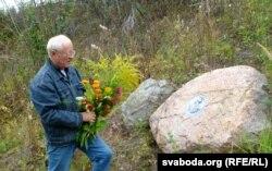 Кветкі да каменя ў гонар Канстанціна Астроскага ўскладае Юры Нагорны