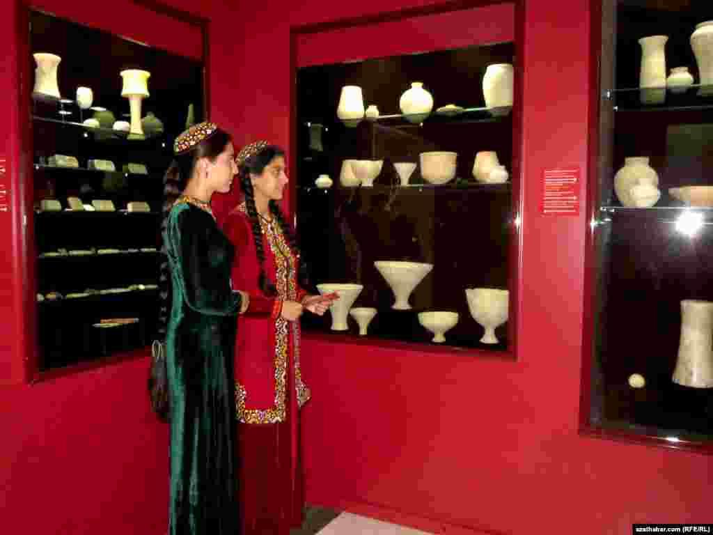 Посетители выставки в Музее изобразительных искусств в Ашхабаде.