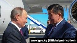 Сооронбай Жээнбеков в бытность премьер-министром Кыргызстана встречает в аэропорту президента России Владимира Путина (слева). Бишкек, 28 февраля 2017 года.