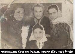 Анастасія Чмельова (по центру) з подругами, 1920-і роки, село Дмитрівка, Шахтарський район, Донеччина