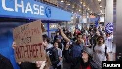 """Одна из прошлогодних акций движения """"Захвати Уолл-стрит"""""""