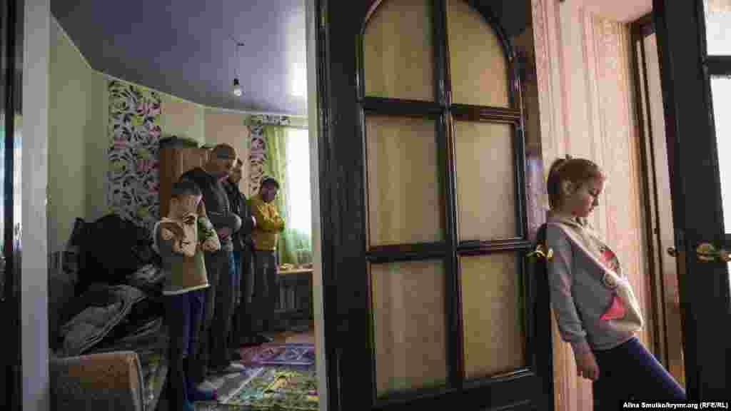 Десятерых из них сотрудники ФСБ допросили и отпустили домой, а четверых на следующий день отправили под арест в связи с подозрением в участии в «Хизб ут-Тахрир». На фотографии:сын Эмира-Усеина Куку, Бекир во время намаза с друзьями и односельчанами отца