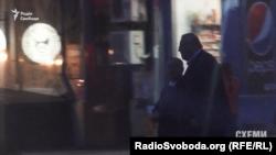 Депутати Станіслав Березкин та Геннадій Бобов під офісом олігарха в Києві 12 квітня