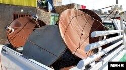 Sökülmüş peyk antenaları polis maşının yük yerində, Tehran, 21 fevral, 2012