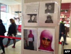 Жанкешті деп іздеу жарияланған Рузанна Ибрагимованың суреті ілінген тақта. Сочи, 18 қаңтар 2014 жыл.