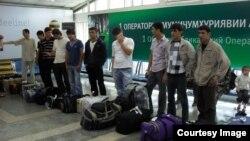 Таджикские мигранты в международном аэропорту города Душанбе.