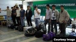 Тәжікстандық еңбек мигранттары Душанбе халықаралық әуежайында тұр. 23 желтоқсан 2014 жыл.